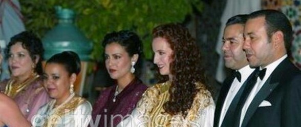 مراكش: الأسرة الملكية تتجول بساحة جامع الفنا بشكل عادي