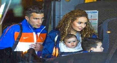 """فان بيرسي يحذف حسابه على """"تويتر"""" بسبب زوجته المغربية"""