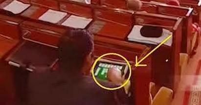 إصدار قانون جديد للبرلمانيين …. ممنوع لعب الكارطة في قبة البرلمان !