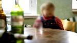 طفل في الخامسة من عمره يجالس عمه خلال سهراته الخمرية