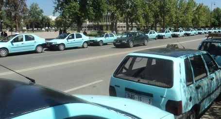 إعتصام سائقي سيارات الأجرة الصغيرة أمام المجلس البلدي بتازة