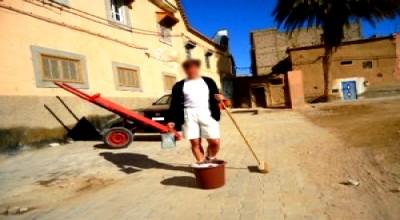 الفرنسي فيليب يقوم بحملة نظافة بشارع في تارودانت