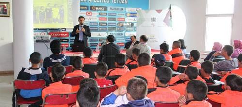 """الدولي الإسباني السابق فرناندو خنيل يؤطر عرضا لفائدة صغار الماط حول """"دور الرياضة في تربية الناشئين"""
