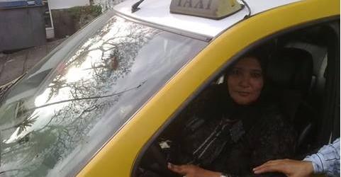 سيدة تسوق سيارة أجرة في شوارع تطوان