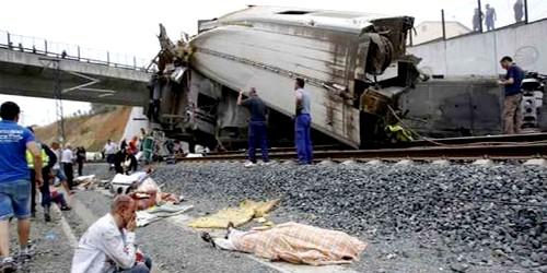 كارثة بإسبانيا.. مصرع 77 شخصا في حادث انقلاب قطار سريع
