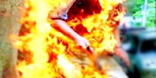 """شاب تطواني يضرم النار في جسده بباب سبتة احتجاجا على """"الحُكْرَة"""" !"""