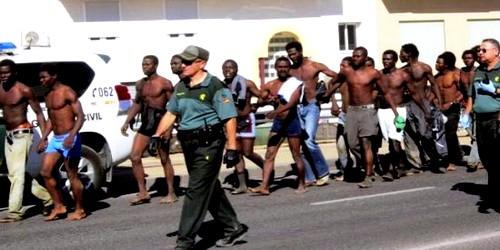حوالي 600 مهاجر سري من جنوب الصحراء يقتحموا سياج معبر باب سبتة المحتلة
