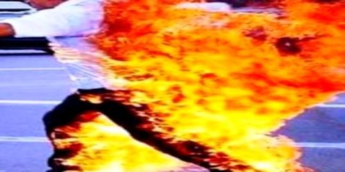 شاب يحرق نفسه بسبب علاقة حب فاشلة أمام بلدية الفنيدق