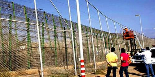 فتح تحقيق في تثبيت شفرات حادة بالسياج الحدودي مع مليلية المحتلة
