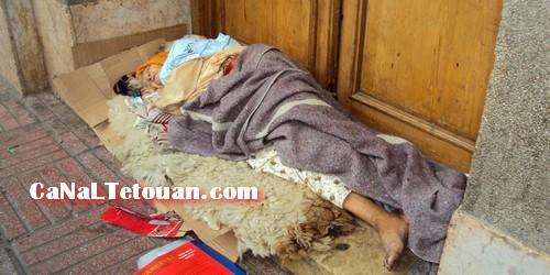 مسنة في حالة كارثية مرمية في شوارع تطوان … ولا أحد يبالي !