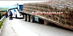 انقلاب حمولة شاحنة كبيرة بين تطوان وطنجة ! (فيديو)