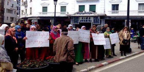نساء يتظاهرن امام المحكمة الابتدائية بتطوان احتجاجا على حبس السيدة لطفية اغزيل