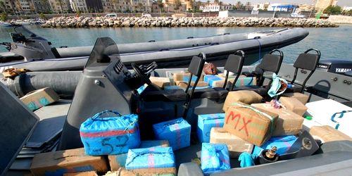 إسبانيا تعاقب مسؤولين أمنيين تورطوا في بيع معلومات لبارونات الحشيش المغربي