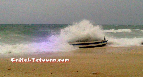 """خطير… الأمواج العاتية تودي بحياة صياد بعرض بحر """"غران أوطيل"""" بتطوان (صور)"""