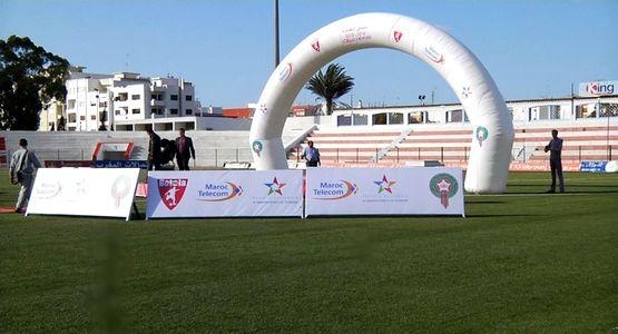 اعداد منصة التتويج بـِ ملعب لامبيكا استعدادا لاحتضان المباراة النهائية ضد نهضة بركان