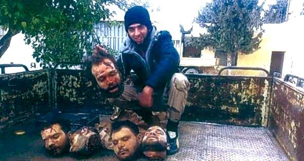 خطير … مقاتل من شمال المغرب بسوريا يعرض رؤوس جنود سوريين مذبوحين