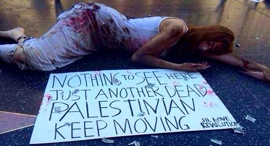اسبانية تقوم بمشهد تضامني مع شهداء غزة يلفت انتباه العالم بأسره !