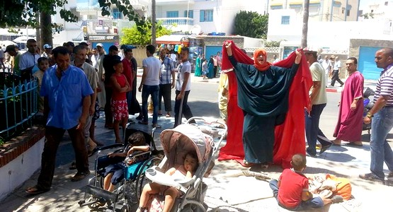 أم لخمسة أطفال تخوض إعتصاما مفتوحا أمام باشوية مرتيل بسبب الجوع !