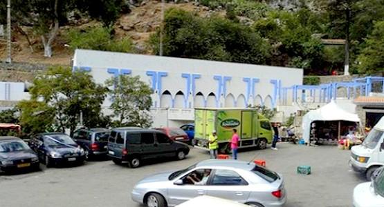 نقل حارس سيارات الى مستشفى سانية الرمل بعد أن اعتدى عليه مهاجر مغربي بشفشاون