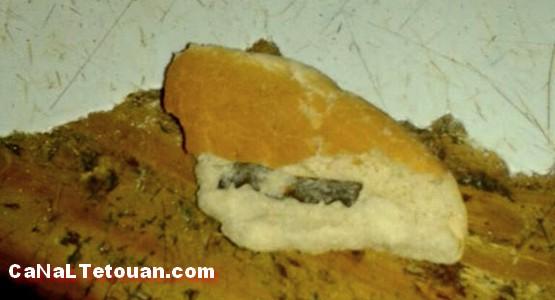 العثور على شفرة للحلاقة داخل قطعة خبز بأحد المطاعم بمرتيل