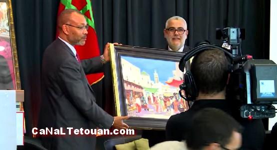 هذا ماقاله بنكيران بعد اهدائه لوحة فنية لتاريخ مدينة تطوان العريق !