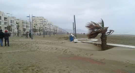 عاصفة رملية تضرب شاطئ مرتيل (صور)