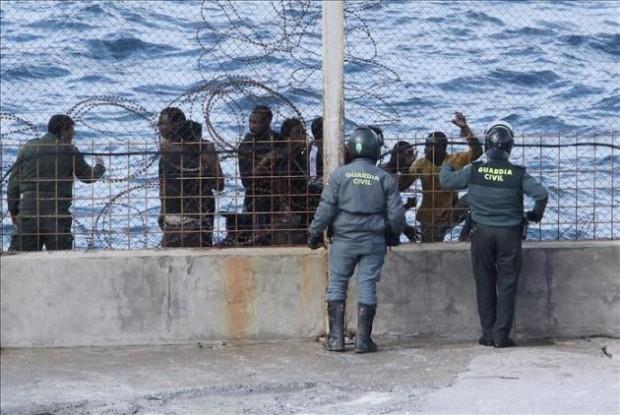 الأمن يحبط تسلل 200 مهاجر إفريقي إلى سبتة