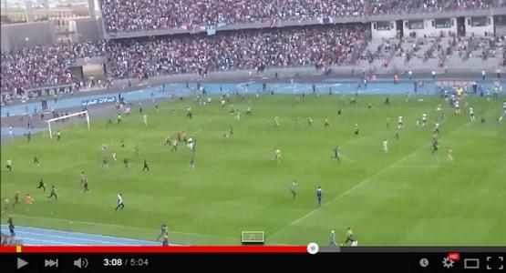 بعد تعرضهم للاستفزاز .. الجماهير الطنجاوية تقتحم الملعب وتهجم على السلاويين في مشهد رهيب (فيديو)