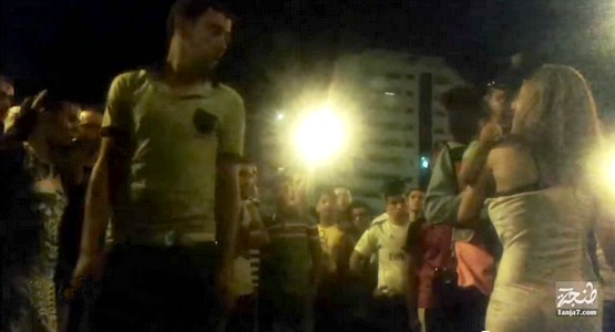 خطير .. شاهد تحرش جماعي بامرأة وهي تصرخ في كورنيش طنجة (فيديو)