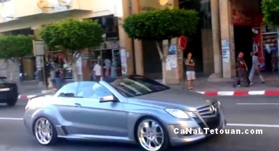 الملك محمد السادس يتوقف بممر الراجلين لمرور مواطنين بمدينة تطوان (الصورة بالداخل)