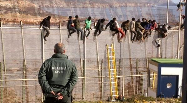 إيقاف 10 مهاجرين متورطين في تنظيم عملية اقتحام سياج سبتة المحتلة