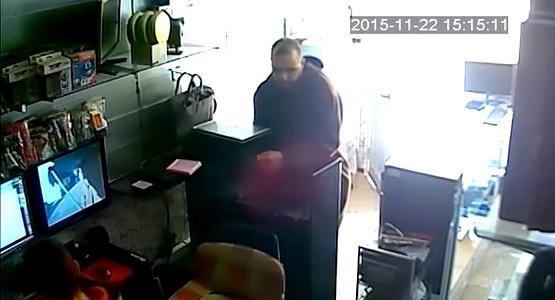 شاهد .. سرقة جديدة لجهاز كمبيوتر من محل تجاري بالفنيدق (فيديو)