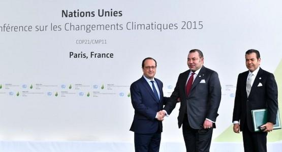 فيديو: لحظة استقبال هولاند للملك المحمد السادس بمؤتمر المناخ