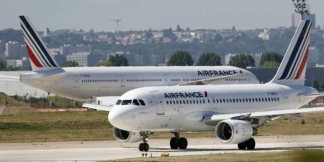 لسبب غريب .. مغربي يطرد من طائرة فرنسية !