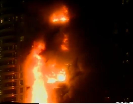 بالفيديو … حريق هائل في أحد أبراج دبي