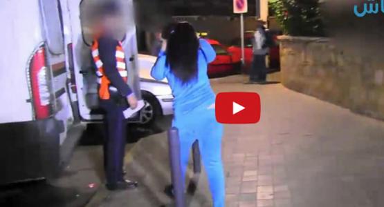 """الفيديو: فتاة """"سكرانة"""" تطلب الصعود لسيارة الأمن ليلة رأس السنة"""