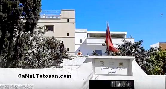 في غياب ملاعب القرب بحي الطويلع .. سطح المستشفى يتحول الى ملعب كرة القدم (فيديو)