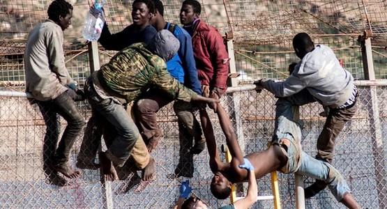 """في محاولة اقتحام جديدة … دخول 8 مهاجرين لـ""""سبتة المحتلة"""" ضمن مجموعة من 200"""