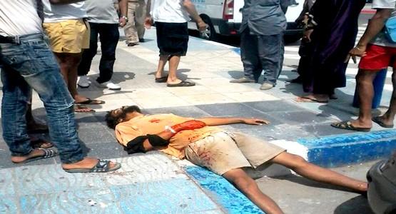 شاب يسقط مغمى عليه بعد تلقيه طعنات قوية بمرتيل ( صور )