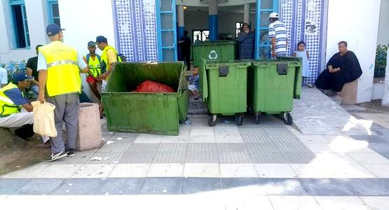 وضع حاويات الأزبال بمقر جماعة مرتيل.. طريقة اعتمدها عمال الأشغال للإحتجاج