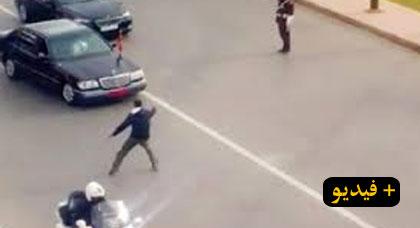 شاهدوا كيف أوقف حراس الملك شخصا حاول اعتراض الموكب الملكي في طنجة (شاهد الفيديو)