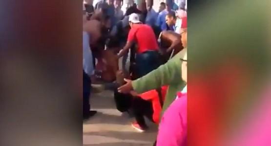 """شاهد لحظة اعتداء """"مدمن مخدرات"""" على سياح أجانب بساحة مسجد الحسن 2 بالبيضاء (فيديو)"""