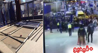 سقوط إحدى البوابات الضخمة بمنطقة باب مليلية على رؤوس الشرطة كاد ان يؤدي الى كارثة (فيديو)