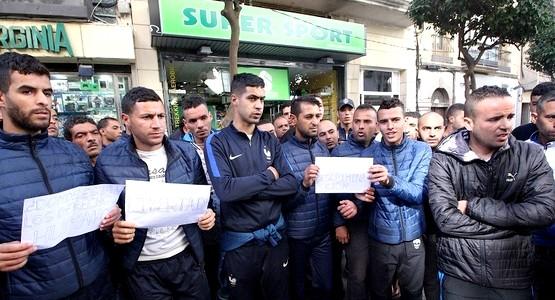عاجل .. مهاجرون جزائريون يحتجون بسبتة !