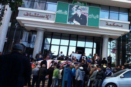 محتجون يتضامنون مع القاضي الهيني أمام استئنافية تطوان + فيديو