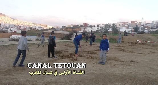 أطفال حي كرة السبع بتطوان يتطوعون لاصلاح أرضية الملعب ! (صور)