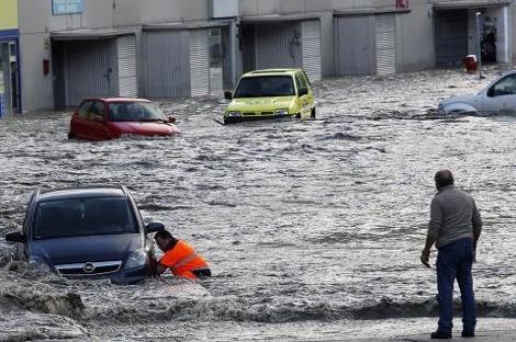 امرأة تلقى مصرعها نتيجة الفيضانات التي شهدتها إسبانيا
