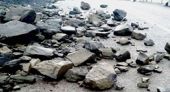 انقطاع الطريق الساحلية الرابطة بين تطوان و الحسيمة بفعل انهيار الأحجار