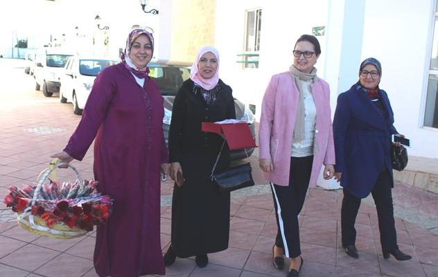 الرئيسة الشرفية لجماعة تطوان أمينة بورجيلة توزع الورود على الموظفات