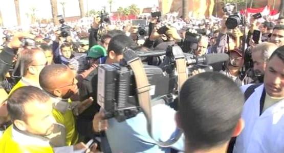 ناشطون بالحراك الشعبي يقومون بطرد قناة دوزيم